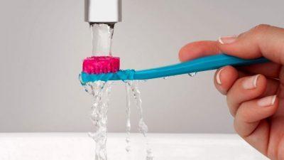 Како и колку често треба да ја чистите четката за заби?