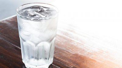 Многумина од вас ја имаат оваа навика пред спиење, но еве зошто грешите со чашата вода