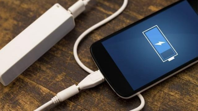 Rizichno-e-da-ja-polnite-baterijata-na-telefonot-na-javno-mesto-eve-kako-da-si-gi-zashtitite-podatocite.jpg