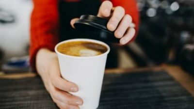 Зошто никогаш не треба да пиете кафе во хартиена чаша?