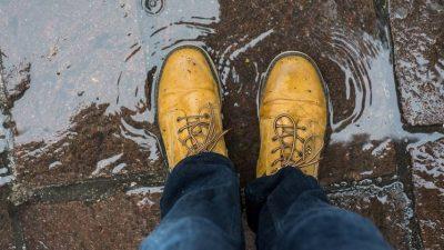 Трик кој треба да го знаете: Како да си ги направите чевлите водоотпорни?