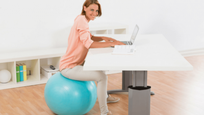 Заменете го вашиот стол со пилатес топка додека работите од дома