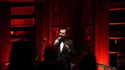 На својот предновогодишен концерт, Павле Камилоски ја …