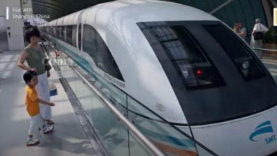 """Сообраќајно чудо: Воз кој """"лета"""" со 620 километри на час (ВИДЕО)"""