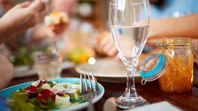 ВЕЧНА ДИЛЕМА: Дали е здраво да пиете вода за време на оброк?