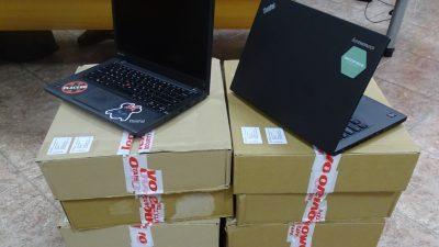 """Денес во Гимназијата """"Никола Карев"""" и ООУ""""Аврам Писевски"""" од Скопје беа донирани компјутери за сите ученици кои немаа соодветен уред за следење на онлајн настава на почетокот на оваа учебна година"""