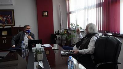 """Актерот Бајруш Мјаку го посети УЈИЕ и ја донираше книгата """"Мудрост и глупост"""""""