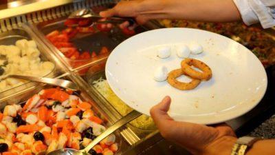 """Вработените во ресторани ги открија сите """"мрачни тајни"""" на шведската маса!"""